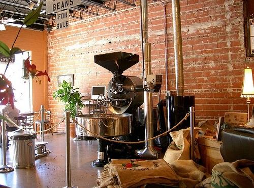 Tạo điểm nhấn đặc biệt cho không gian quán bằng máy rang cà phê